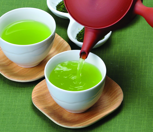 お茶を注ぐ-◆の木のコースタートリミング.jpg